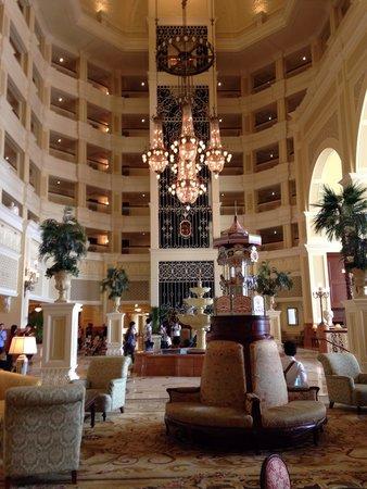 Tokyo Disneyland Hotel : 3階のロビー。 夜中大勢の作業員さんがシャンデリアを一つ一つ掃除していました‼︎