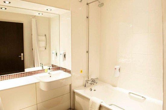 Premier Inn Fleet Hotel: Bathroom