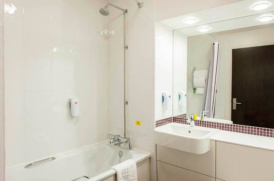 Premier Inn Wrexham Town Centre Hotel: Bathroom