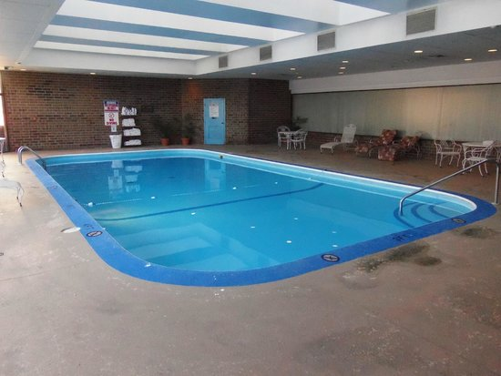 McCamly Plaza Hotel: Large Pool 8' deep end