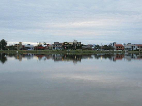 Barra de Ibiraquera Beach: the lake