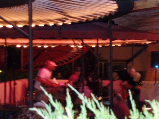 Chipeta Solar Springs Resort & Spa: Night view of bar area
