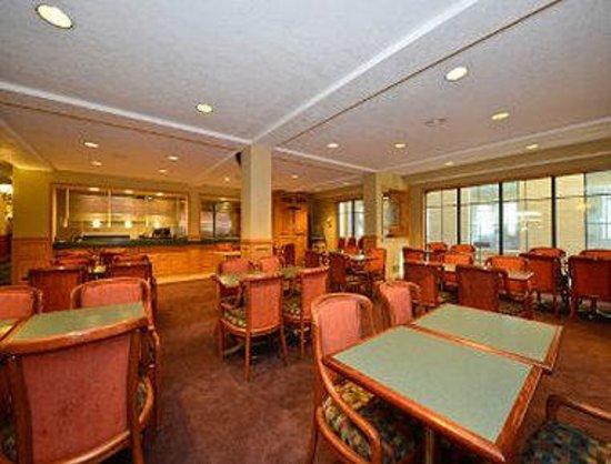 Days Inn & Suites Kalamazoo: Breakfast Area