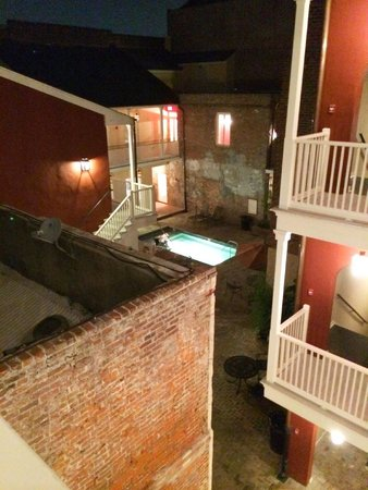 French Market Inn: courtyard and pool