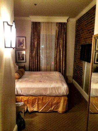 French Market Inn: bed and window