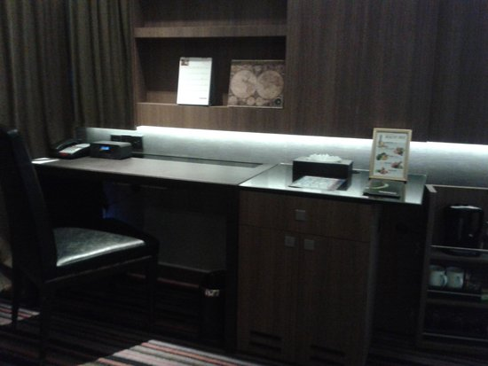 The Continent Hotel Bangkok by Compass Hospitality : Desk and Minibar in the room
