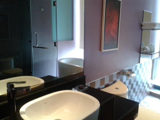 The Continent Hotel Bangkok by Compass Hospitality : Restroom with everything I need