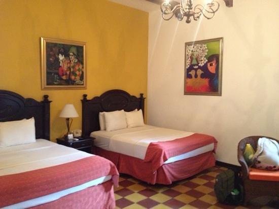 La Gran Francia Hotel y Restaurante: camas muy comodas y amplias habitaciones. habitacion 201