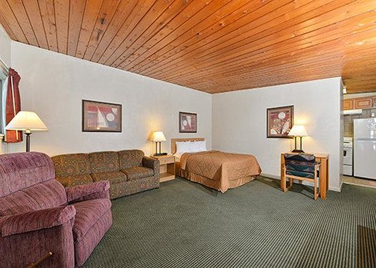 Econo Lodge Inn & Suites : room8