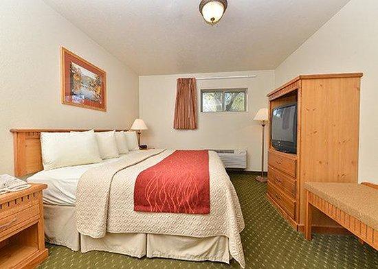 Econo Lodge Inn & Suites : room13