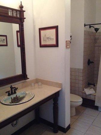 La Gran Francia Hotel y Restaurante: el baño es amplio, cuanta con tina y los articulos de aseo personal excelente.