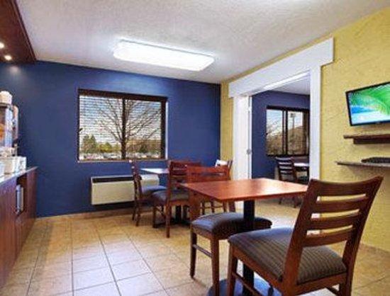 Motel 6 Naperville: Breakfast Area