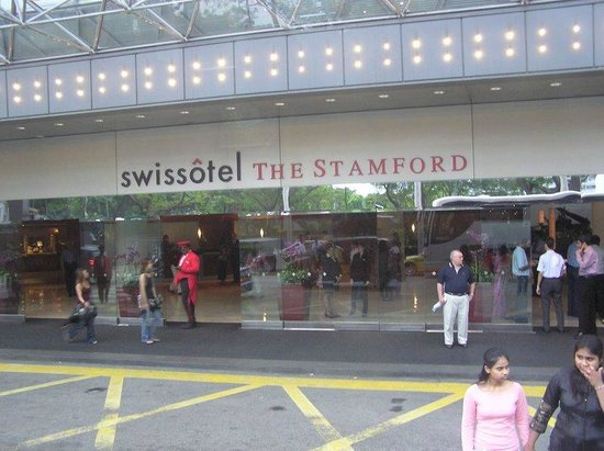 Swissotel The Stamford Singapore: The entrance