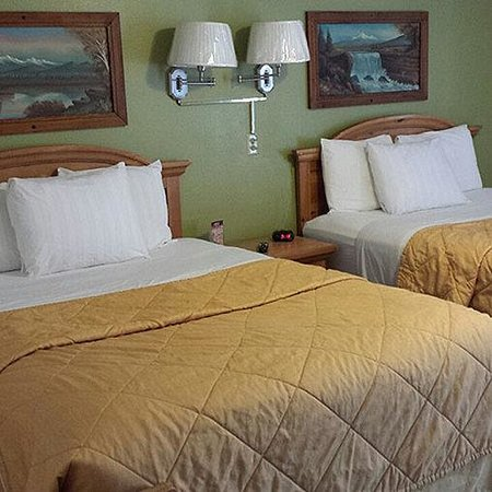 Western Motel: 2 Queen Beds