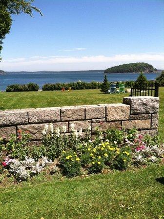 Balance Rock Inn: Beautiful lawn behind the inn
