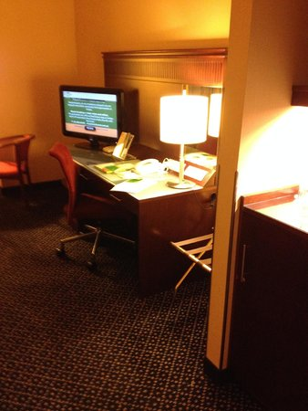 Courtyard by Marriott Warsaw Airport: TV and desk