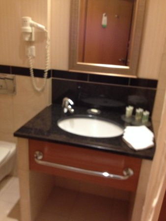 Courtyard by Marriott Warsaw Airport: everything you need in the bathroom