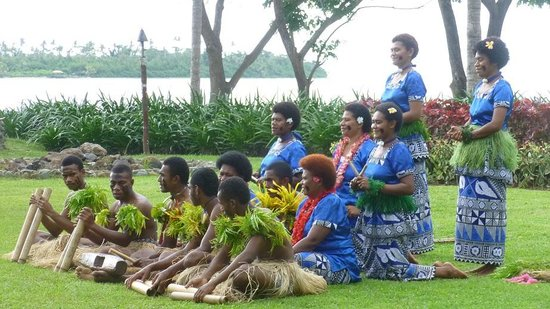 Sofitel Fiji Resort & Spa: Singers & dancers on the lawn area