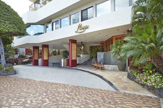 Luana Waikiki Hotel & Suites : Luana Waikiki Aqua Boutique Entrance Driveway