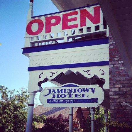 Jamestown Hotel : Front entrance