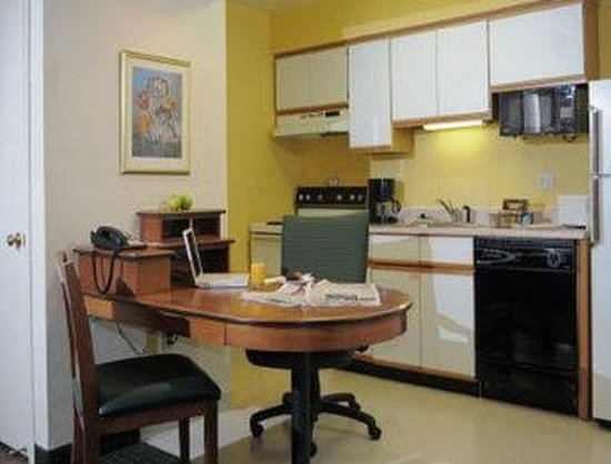 Hawthorn Suites by Wyndham Green Bay : In-Room Kitchen