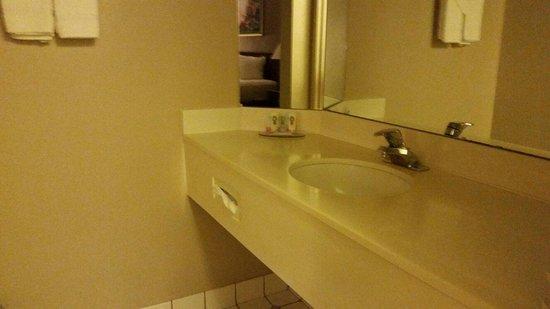 Quality Inn & Suites: Bathroom