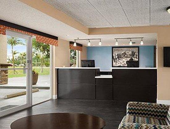 Super 8 Ellenton Bradenton Area : Lobby