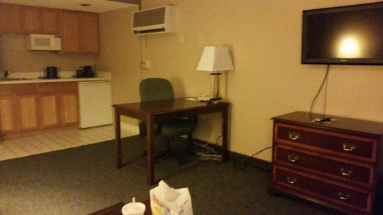 Quality Inn & Suites: Computer desk and kitchen