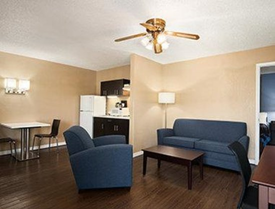 Super 8 Ellenton Bradenton Area: One Bed Room Suite