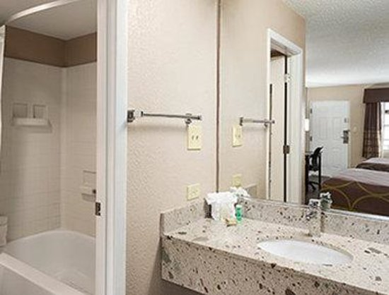 Super 8 Ellenton Bradenton Area : Bathroom