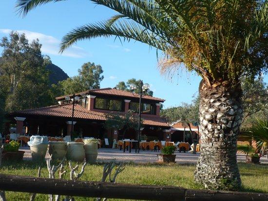Tiliguerta Camping Village: veduta del ristorante e della piazza