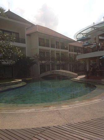 The Camakila Legian Bali: piscina vicino al ristorante