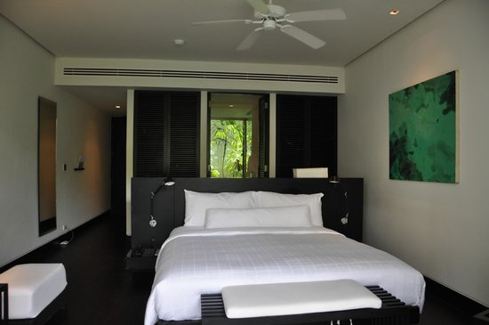 Twinpalms Phuket : Room, bed facing the balcony