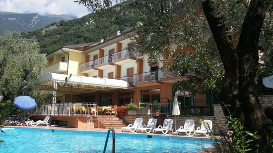 Hotel Alpi: vom Pool aus