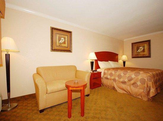 Americas Best Value Inn - Rockdale: One King Bed