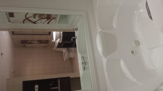 Golden Nugget Biloxi: tub in the room
