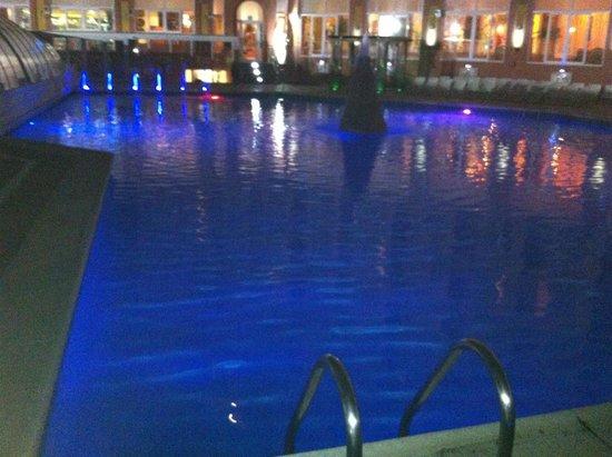 Hotel Entremares: piscina cerrada por la noche