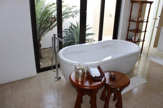 The Residence Zanzibar: Bañera de la villa