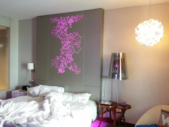 W Singapore Sentosa Cove: Bed Board and lighting
