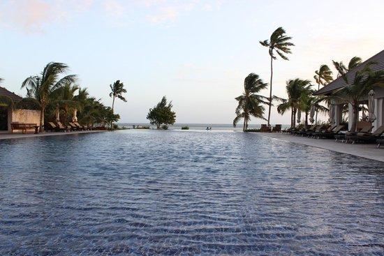 The Residence Zanzibar: Piscina del hotel con vistas a la playa