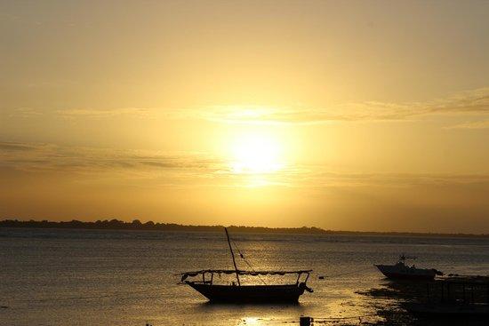 The Residence Zanzibar: Puesta de sol desde la playa privada del hotel