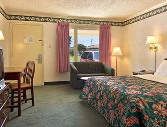 Travelodge Ridgeway Martinsville Area: Standard King Bed Room