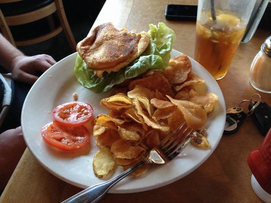 Stuft Pizza Bar & Grill: Homemade chips w/burger yum!