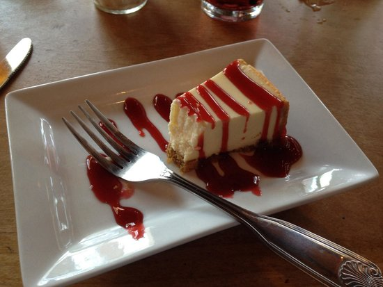 Stuft Pizza Bar & Grill: Cheesecake w/raspberry sauce