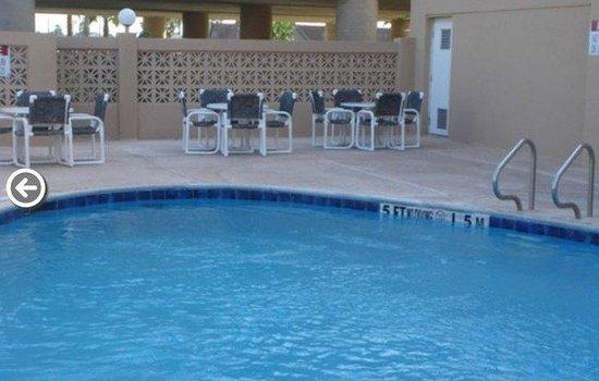 Island Inn: Pool area