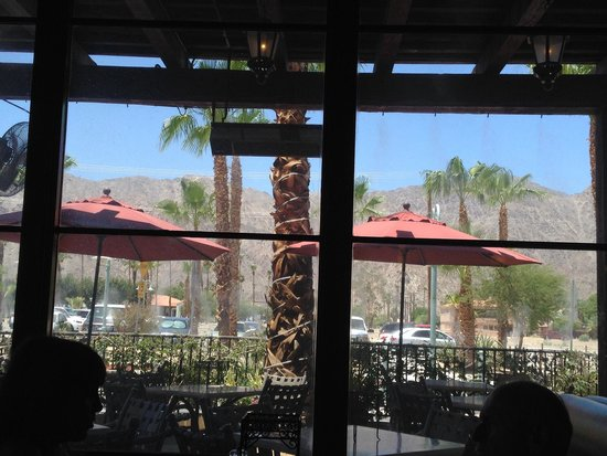 Stuft Pizza Bar & Grill: Looking out to patio