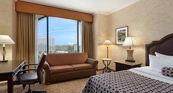Wyndham Anaheim Garden Grove: King Guestroom with Couch