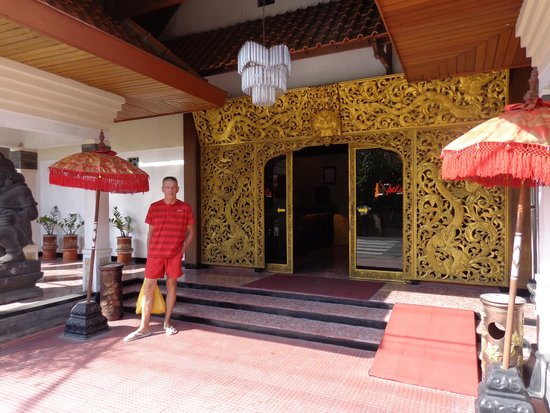 Puri Artha Hotel : Front of Hotel