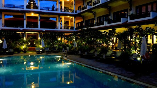 Saem Siemreap Hotel: Night time at the pool