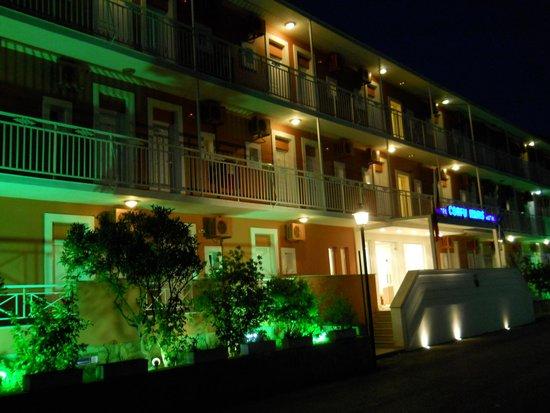 Hotel Corfu Maris Benitses: Отель вечером